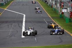 Valtteri Bottas, Williams FW38 und Marcus Ericsson, Sauber C35, im Kampf um die Positionen