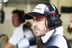 Fernando Alonso, McLaren, in der Box