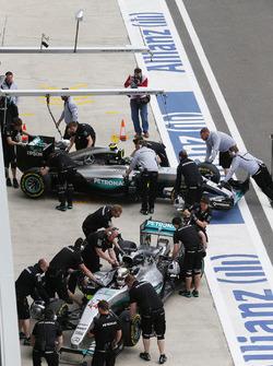 Lewis Hamilton, Mercedes AMG F1 Team W07 and Nico Rosberg, Mercedes AMG F1 Team W07 in the pitlane