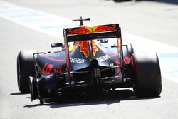 Daniel Ricciardo, Red Bull Racing RB12 beim Boxenstopp nach einem Reifenschaden