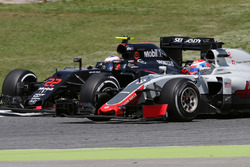 Romain Grosjean, Haas F1 Team und Jenson Button, McLaren Honda