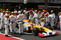 Romain Grosjean, Renault F1 Team, pitstop