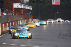 #33 Vitaphone Racing Team DHL Maserati MC 12: Alessandro Pier Guidi, Matteo Bobbi leads the field