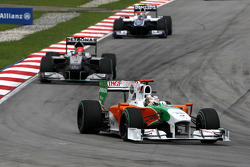 Adrian Sutil, Force India F1 Team leads Mark Webber, Red Bull Racing