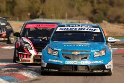 Alex MacDowall Silverline Chevrolet Cruze leads Dave Pinkney Pinkney Motorsport Vauxhall Vectra
