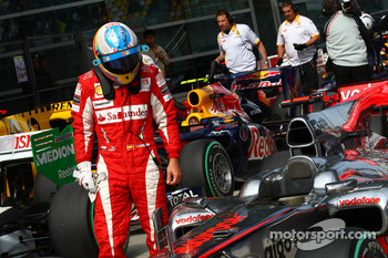 Fernando Alonso, Scuderia Ferrari takes a look at the McLaren