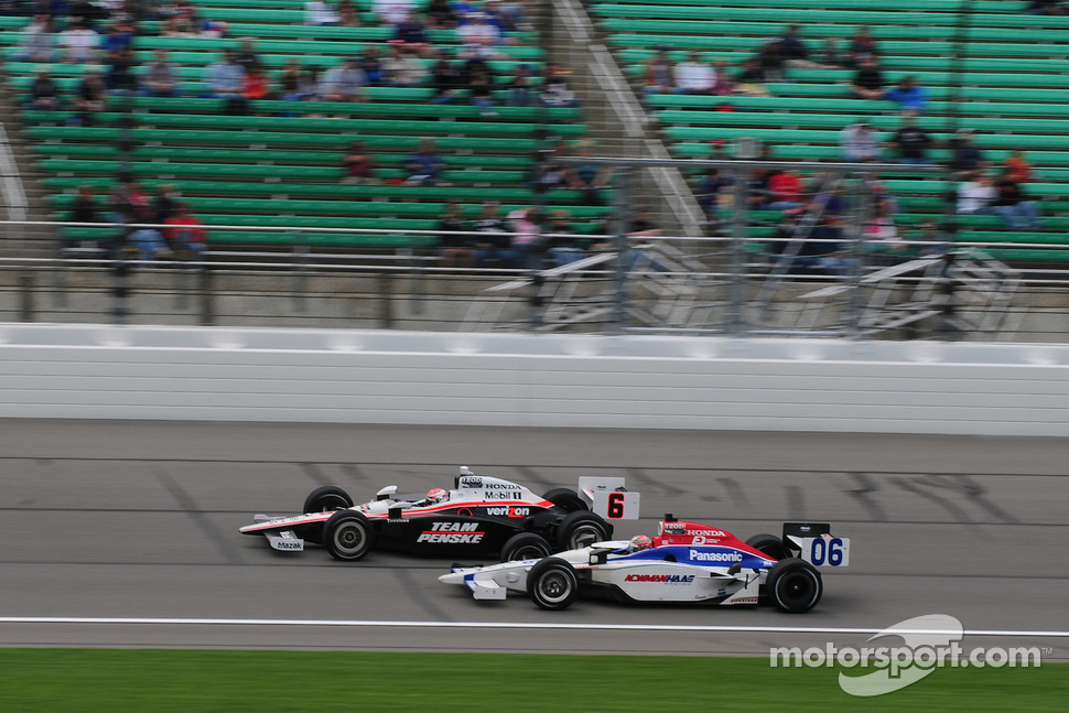 Ryan Briscoe, Team Penske runs with Hideki Mutoh, Newman/Haas Racing