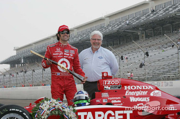 2010 Indianapolis 500 Champion Dario Franchitti, Target Chip Ganassi Racing receives a custom rifle for winning