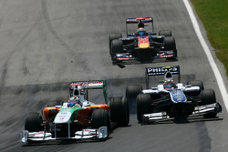 Adrian Sutil, Force India F1 Team and Nico Hulkenberg, Williams F1 Team crash together