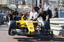 Штовхають по піт-лейн Renault Sport F1 Team RS16