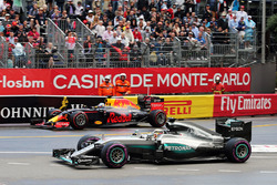 Lewis Hamilton, Mercedes AMG F1 W07 Hybrid and Daniel Ricciardo, Red Bull Racing RB12