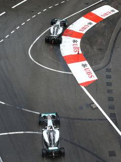 Ніко Росбергпопереду Льюіса Хемілтона, Mercedes AMG F1 W07 Hybrid
