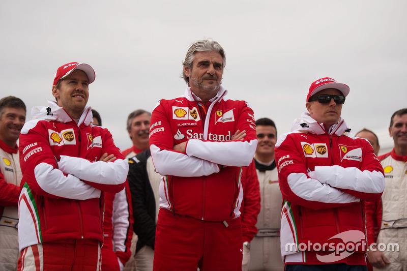 (Balról - Jobbra): Sebastian Vettel (Ferrari) és Maurizio Arrivabene, a Ferrari csapatfőnöke, valamint Kimi Raikkonen (Ferrari)