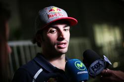 Carlos Sainz Jr., Scuderia Toro Rosso, mit den Medien