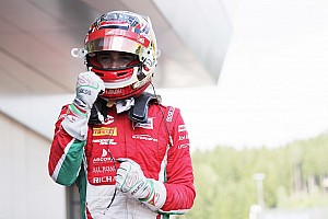 FIA F2 Relato da corrida Com carro fumando e sem retrovisor, Leclerc vence corrida 1