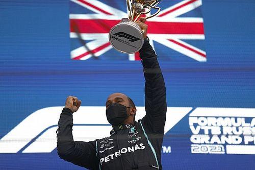 Hamilton pakt honderdste GP-zege in Russisch spektakelstuk, Verstappen tweede