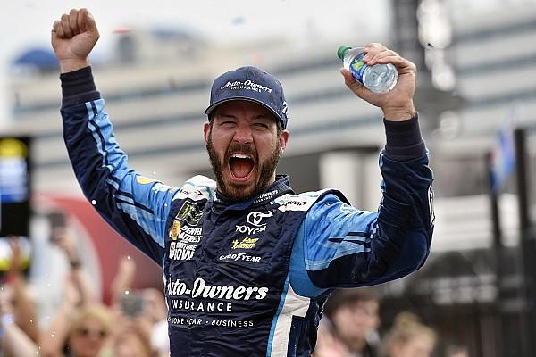 NASCAR Cup Martin Truex triunfa en Charlotte; Daniel Suárez termina en sexto