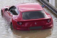 Csőtörés miatt víz alá merült Londonban ez a lenyűgöző Ferrari FF