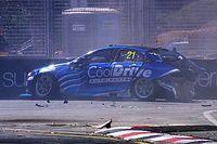 Elképesztő bukás a Supercars versenyhétvégéjén: brutális becsapódás (videó)