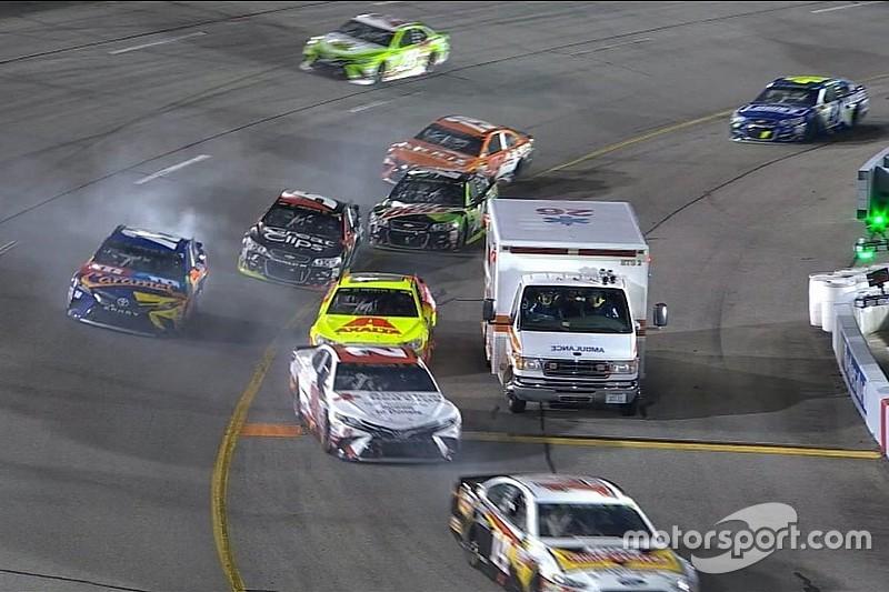 Ambulância aparece em entrada de pits e complica pilotos