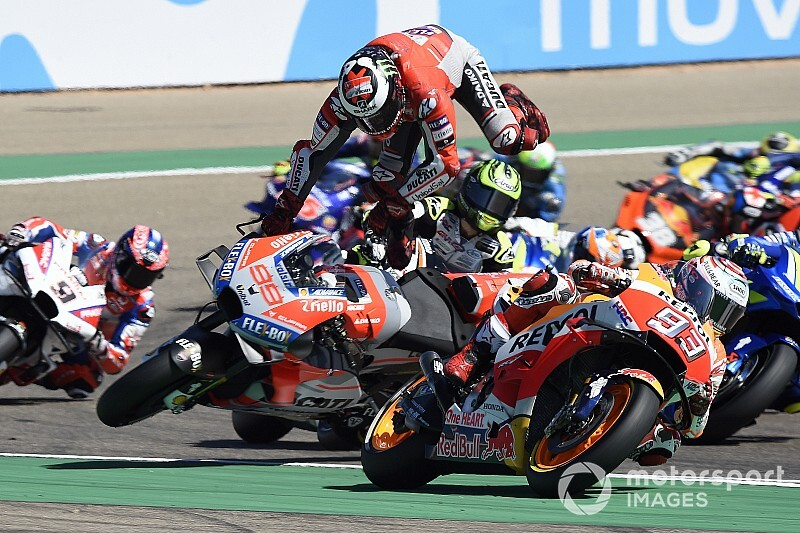 """Lorenzo boos op Marquez: """"Hij verknalde m'n race en mijn voet"""
