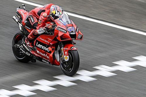 Хаос на гонке MotoGP в Ле-Мане: Маркес упал дважды, гонщики Suzuki – трижды. А выиграл снова Миллер