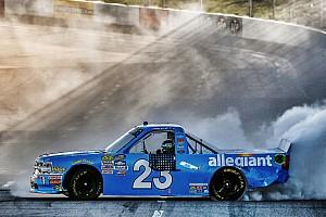 NASCAR Truck Reporte de la carrera Elliott aprovecha  error de Bell y triunfa en Martinsville