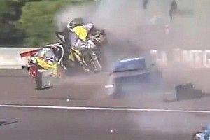 VÍDEO: Em acidente assustador, carro é lançado sobre muro e capota várias vezes na Argentina