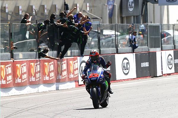 Viñales se impone en un explosivo duelo con Rossi, que termina en el suelo