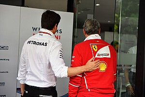 A Mercedes tart attól, hogy a Ferrari le fogja szerződtetni Hamiltont