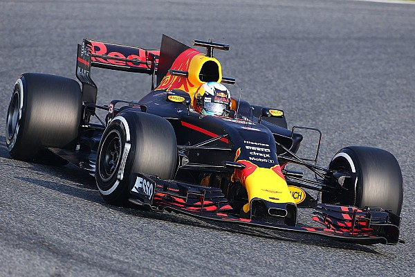 Формула 1 Самое интересное Первый прошел. Фотографии с тестов Ф1 в Барселоне