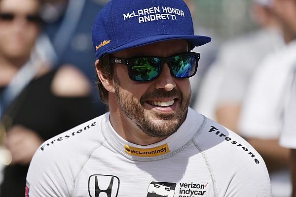 IndyCar Noticias de última hora Fernando Alonso presume su anillo de participante en Indy 500