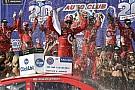 NASCAR Cup Persistente e dominante, Larson vence em Fontana