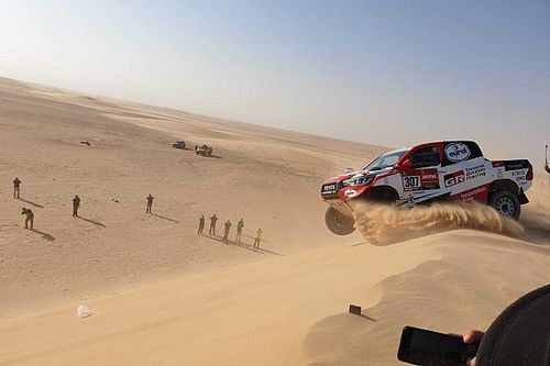 Szuper-lassítva, egészen közelről Alonso nagy borulása a Dakar Raliról