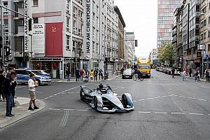 Формула E Новость Росберг проехал по Берлину на новой машине Формулы Е