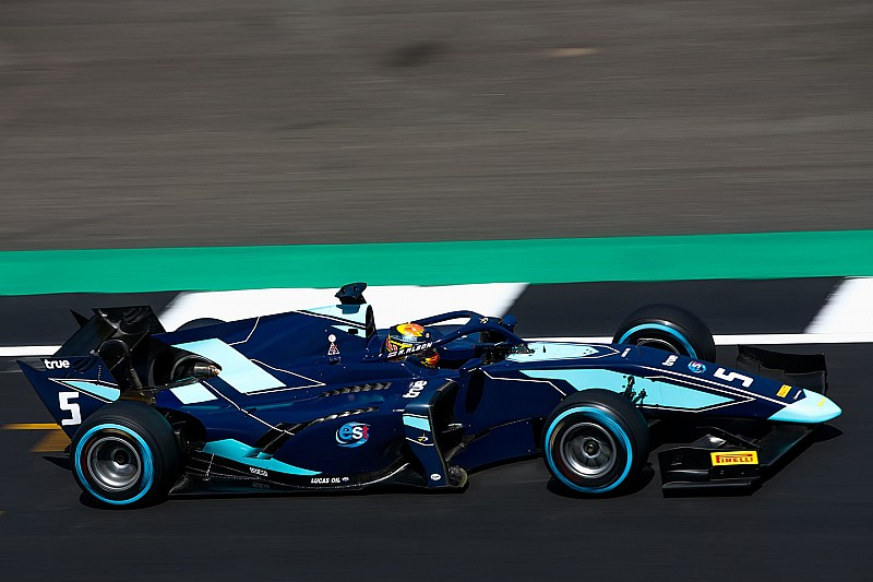 Albon conquista la Feature Race a Silverstone, Russell prova la fuga in classifica