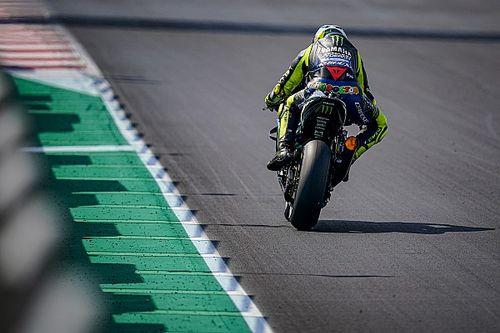 La comparativa visual del gigante escape de la Yamaha de Rossi