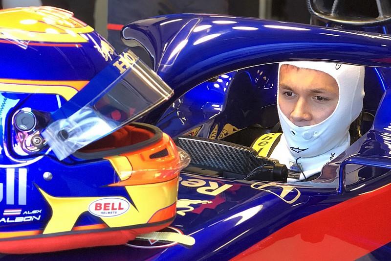 Albon maakt eerste meters met nieuwe Toro Rosso-wagen