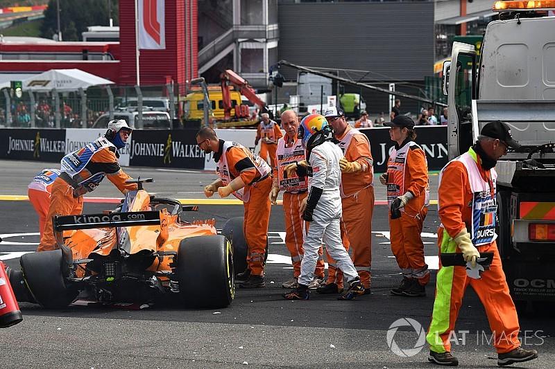 Alonso autóját teljesen át kellett építeni a baleset miatt, és fájdalmai voltak