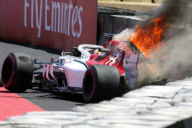Fotogallery: l'Alfa Romeo-Sauber di Ericsson va a fuoco dopo l'incidente nelle Libere 1