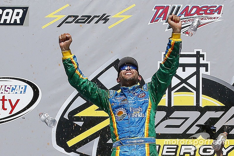 Aric Almirola triunfa en la accidentada carrera en Talladega