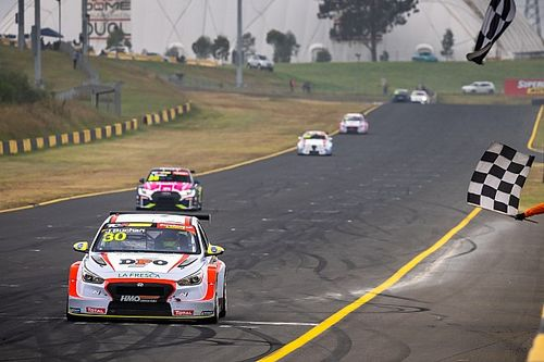 Sydney TCR: Buchan wins foggy second race