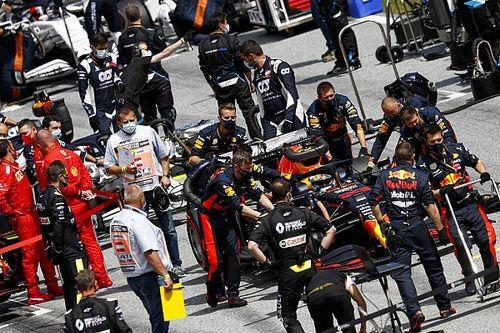 A Red Bullok a Mercedest üldözik, de fél szemmel a többiekre is figyelnek