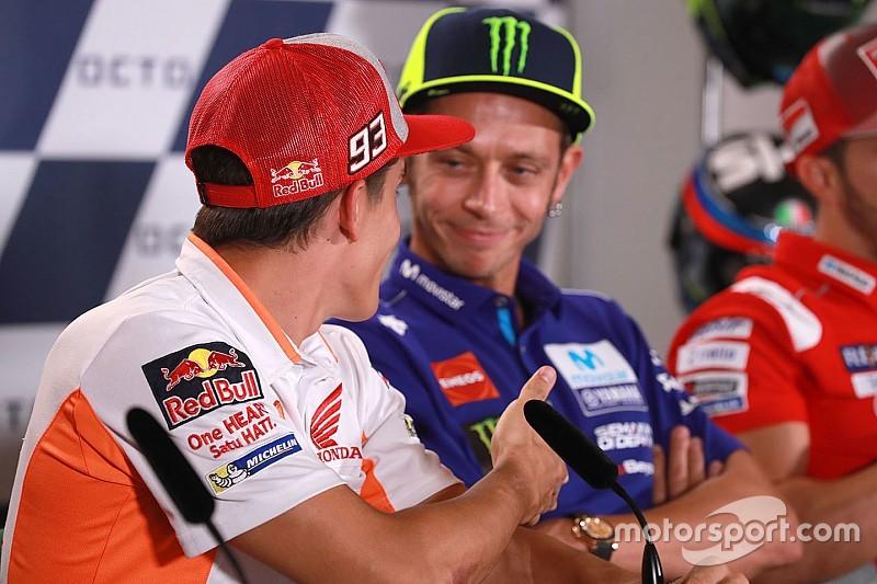 Rossi, el sıkışmak isteyen Marquez'i yine geri çevirdi