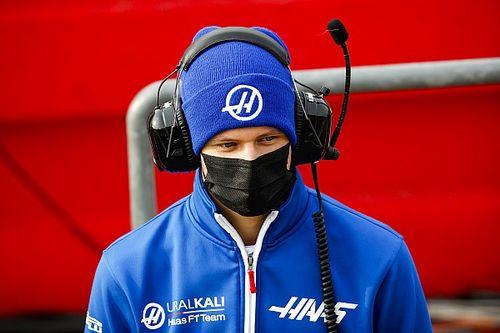 Мазепин заявил, что Ferrari дает преимущество Шумахеру. В Haas не согласны