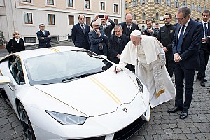 Lamborghini подарувала Папі Франциску машину Huracan