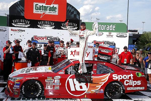 NASCAR XFINITY Na última curva da última volta, Hamlin vence na Xfinity
