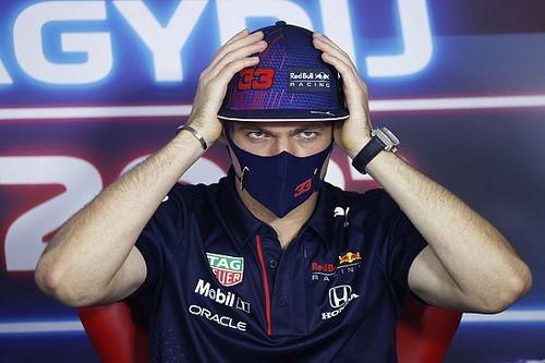 """F1: Verstappen 'pistola em coletiva com perguntas """"de m***"""" sobre rivalidade com Hamilton"""