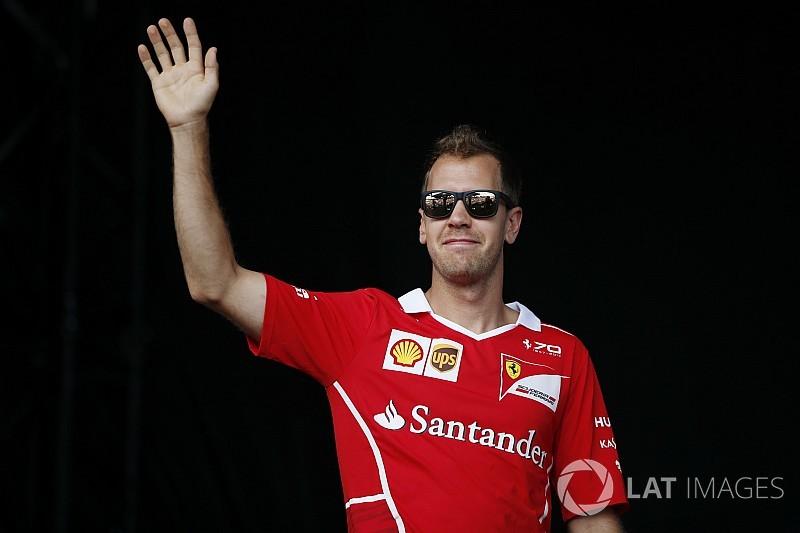 Hihetetlen: Vettel autója csúnyán összetört a leintés után