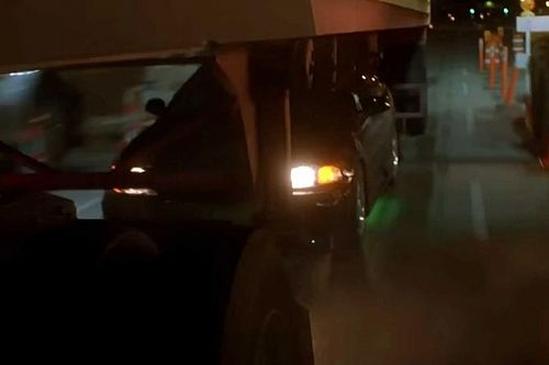 Nyitott tetős Mazdával száguldott át egy kamion alatt egy amatőr kaszkadőr